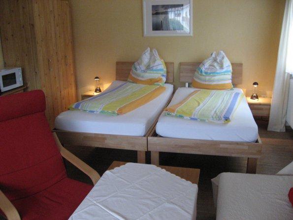 Dreibettzimmer mit Dusche, Balkon, Mikrowelle, Wasserkocher, Kaffeemaschine, Toaster und Geschirr
