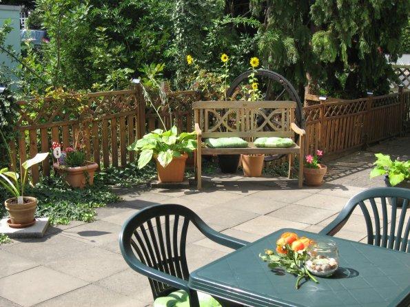 Terrasse mit Sitzgelegenheit für die Gäste.